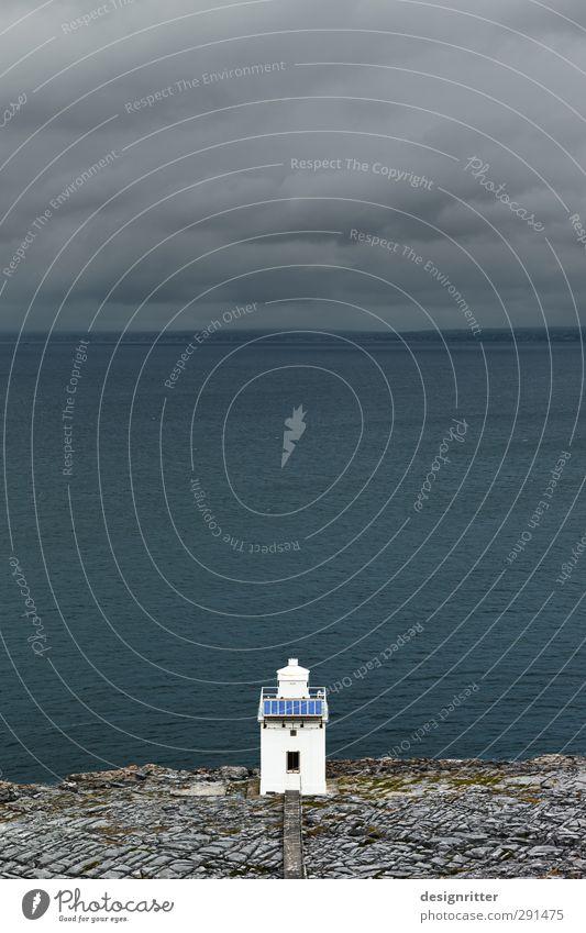 treu Himmel Wolken Felsen Berge u. Gebirge Küste Meer Atlantik Klippe Republik Irland Turm Leuchtturm Gebäude Schifffahrt Stein Zeichen dunkel einfach klein