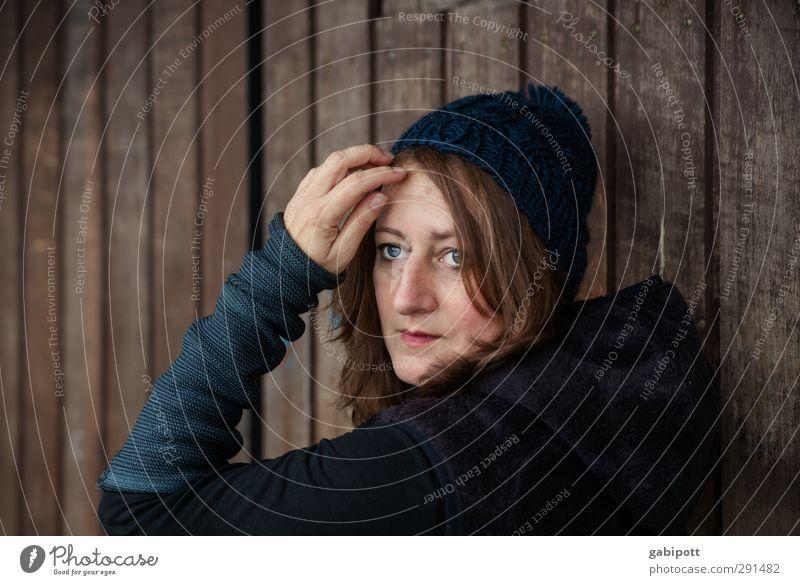 Blick zurück Mensch feminin Junge Frau Jugendliche Erwachsene Leben 1 18-30 Jahre 30-45 Jahre Freundlichkeit schön natürlich blau braun Farbfoto Außenaufnahme