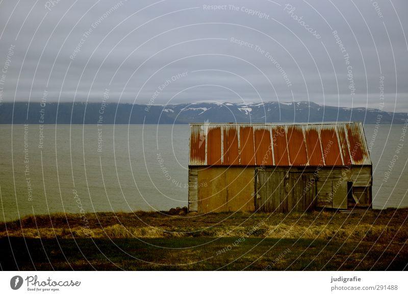 Island Häusliches Leben Umwelt Natur Landschaft Wasser Himmel Wolken Klima Wetter Felsen Fjord Haus Hütte Bauwerk Gebäude dunkel einfach Einsamkeit Farbfoto