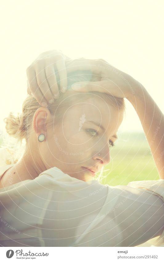 bright feminin Junge Frau Jugendliche 1 Mensch 18-30 Jahre Erwachsene Haare & Frisuren schön Farbfoto Außenaufnahme Textfreiraum oben Tag Gegenlicht High Key