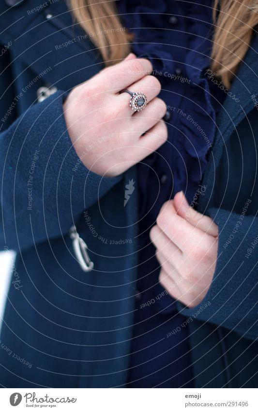 Ring Hand Mode Jacke Mantel Accessoire Schmuck elegant trendy Farbfoto Gedeckte Farben Detailaufnahme Tag Schwache Tiefenschärfe