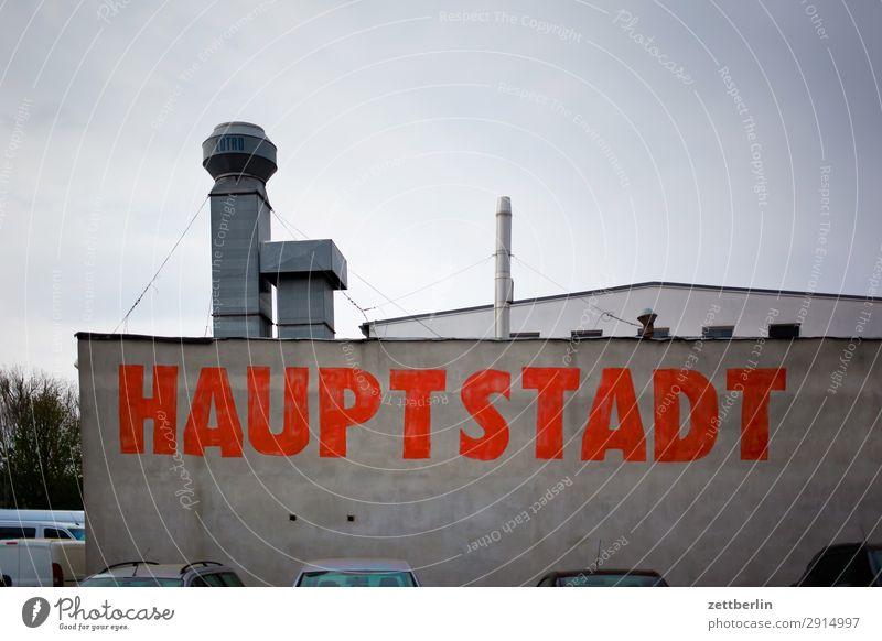 Hauptstadt Wand Berlin Deutschland Textfreiraum Mauer Schriftzeichen Industrie Klima Industriefotografie Typographie Lager Schornstein Lagerhalle Halle trüb