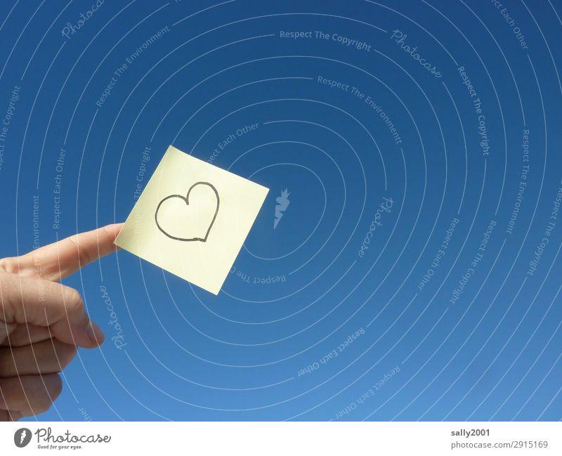 nicht vergessen... Hand Finger Himmel Wolkenloser Himmel Herz Liebe Freundlichkeit Glück blau gelb Zettel Symbole & Metaphern Liebeserklärung Erinnerung