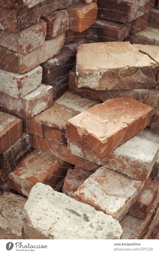 baut wieder auf V Wand Mauer Stein dreckig kaputt Baustelle Bauwerk Backstein Material bauen Stapel sortieren Maurer