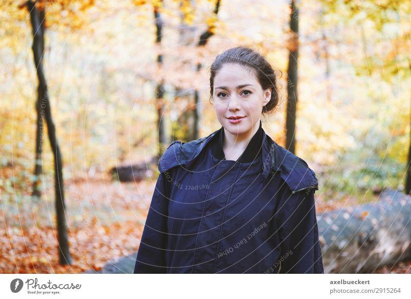 junge Frau im Herbstwald Lifestyle Freizeit & Hobby Mensch feminin Junge Frau Jugendliche Erwachsene 1 18-30 Jahre Natur Park Wald Mantel brünett wandern