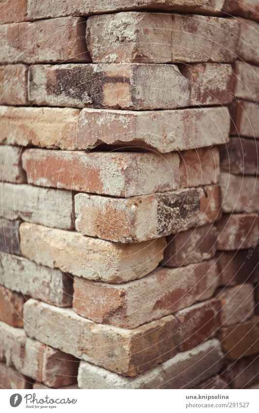 baut wieder auf IV Bauwerk Mauer Wand Fassade Stein Backstein alt dreckig Ecke Stapel aufräumen bauen Baustelle Material Farbfoto Gedeckte Farben Außenaufnahme