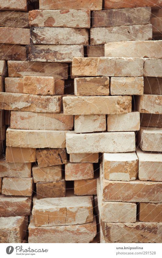 baut wieder auf III Wand Mauer Stein dreckig Baustelle Bauwerk Backstein Material bauen Stapel aufräumen