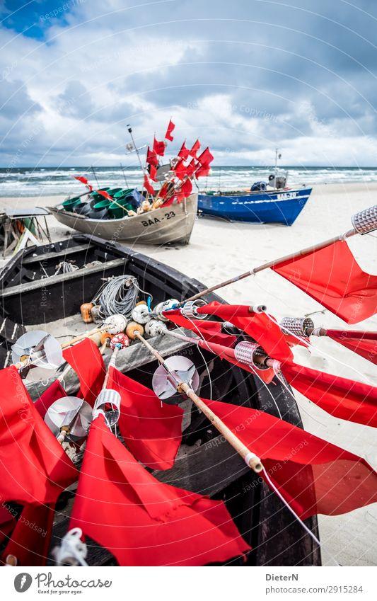 Gestänge Fischereiwirtschaft Fischerboot blau rot weiß Fahne Stab Horizont Wasser Meer Wasserfahrzeug Farbfoto Außenaufnahme Menschenleer Textfreiraum oben Tag