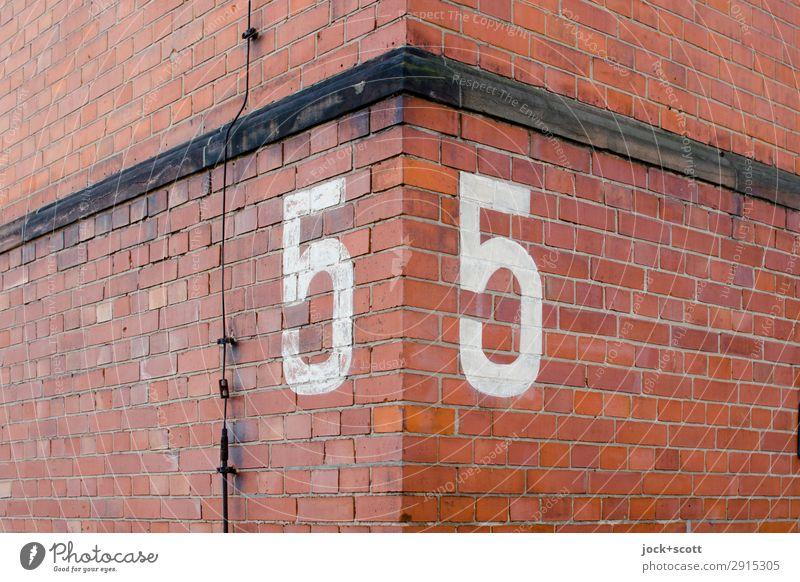 55 Kreuzberg Mauer Wand Fassade Ecke Blitzableiter Backstein Ziffern & Zahlen Linie alt authentisch eckig fest groß historisch rot Stimmung Einigkeit