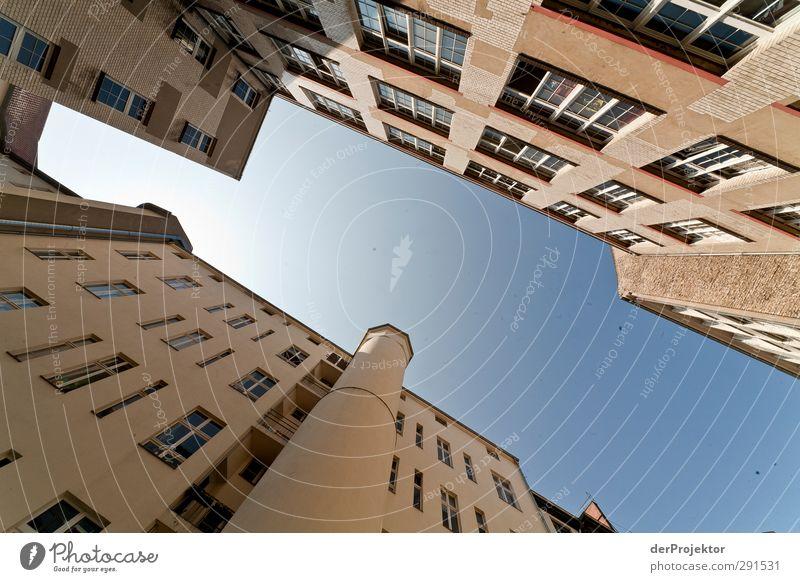 Das Fenster zum Hof 07 Hauptstadt Stadtzentrum Menschenleer Bauwerk Gebäude Architektur Mauer Wand Fassade Leben Stil Himmel blau Hinterhof Außenaufnahme