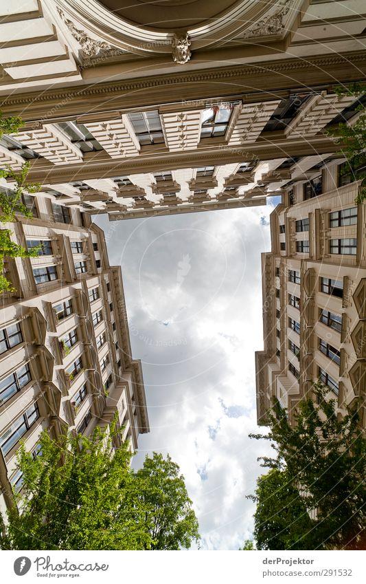 Das Fenster zum Hof 08 Hauptstadt Stadtzentrum Menschenleer Haus Bauwerk Gebäude Architektur Fassade Konzentration Symmetrie Tradition Hinterhof Himmel Wolken
