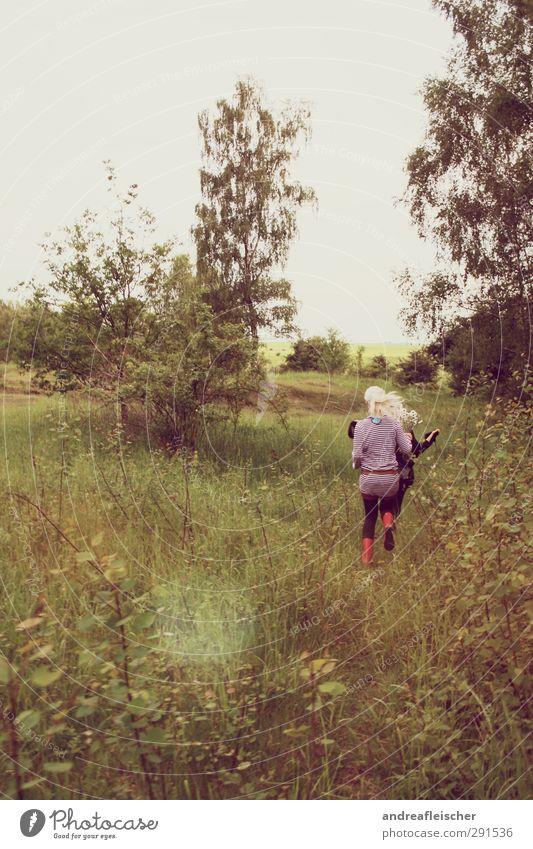 die springenden klingenden schäfchen. Mensch Natur Jugendliche Ferien & Urlaub & Reisen grün Baum rot Mädchen Freude Erwachsene Junge Frau feminin Spielen Glück