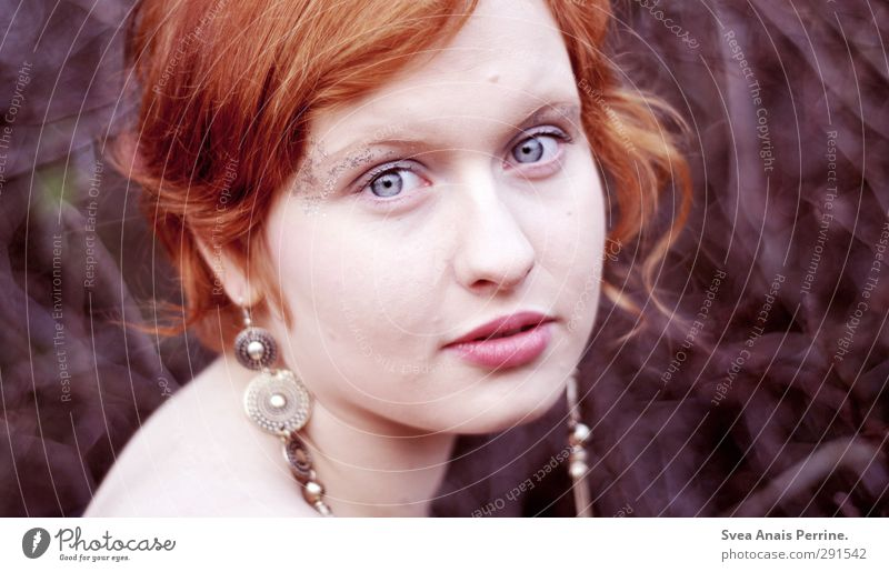 dunkel rot! feminin Junge Frau Jugendliche Haut Kopf Haare & Frisuren Gesicht Nase Mund Lippen 1 Mensch Herbst Geäst Ast Ohrringe rothaarig kurzhaarig Pony