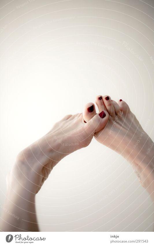 Übersprungshandlung Mensch schön Freude Leben feminin hell Fuß Zusammensein Freizeit & Hobby Kommunizieren Fitness Kontakt festhalten sportlich Zusammenhalt Körperpflege