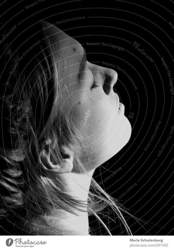Augen zu schwarz weiß Mädchen geschlossen Nacken Haare & Frisuren genießen schlafen warten Halbschlaf Denken Geruch träumen Ohr Nase Mund Kinn Frau Jugendliche