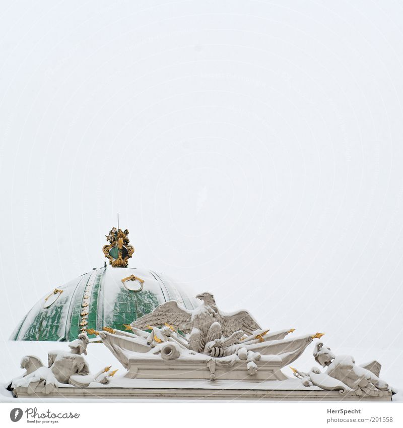 K.u.k. mit Zuckerguss Himmel grün weiß Winter Wolken Schnee grau Eis Fassade Dach Frost historisch Burg oder Schloss Bauwerk Denkmal Wahrzeichen