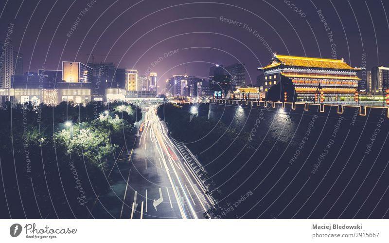 Xian-Skyline mit Stadtmauer bei Nacht, China. Ferien & Urlaub & Reisen Tourismus Ausflug Sightseeing Städtereise Stadtzentrum bevölkert Mauer Wand Wahrzeichen