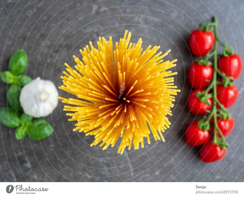 Draufsicht auf Spaghetti mit Tomaten Lebensmittel Gemüse Teigwaren Backwaren Knoblauch Ernährung Mittagessen Bioprodukte Vegetarische Ernährung