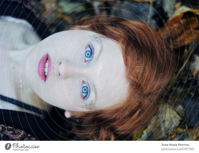 Herbst Blau. feminin Junge Frau Jugendliche Kopf Haare & Frisuren Gesicht Mund Lippen 1 Mensch 13-18 Jahre Kind Umwelt Natur Blatt Außenaufnahme rothaarig