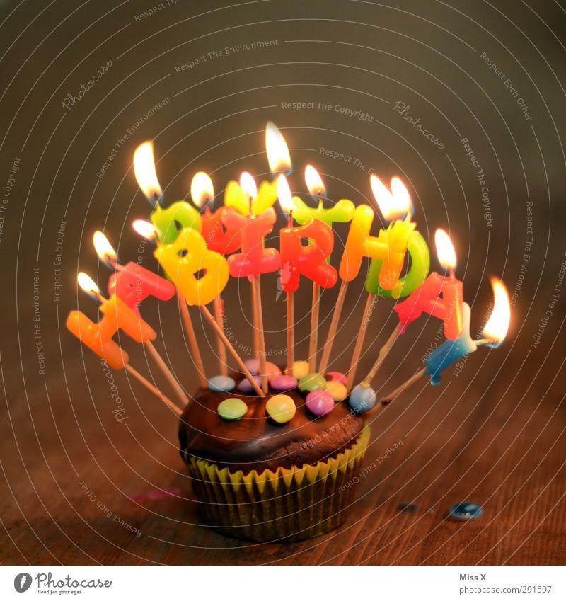 an Feste & Feiern Lebensmittel Geburtstag leuchten Ernährung süß Kerze lecker Kuchen Schokolade Backwaren Teigwaren Muffin Kerzenschein Wachs Schokolinsen