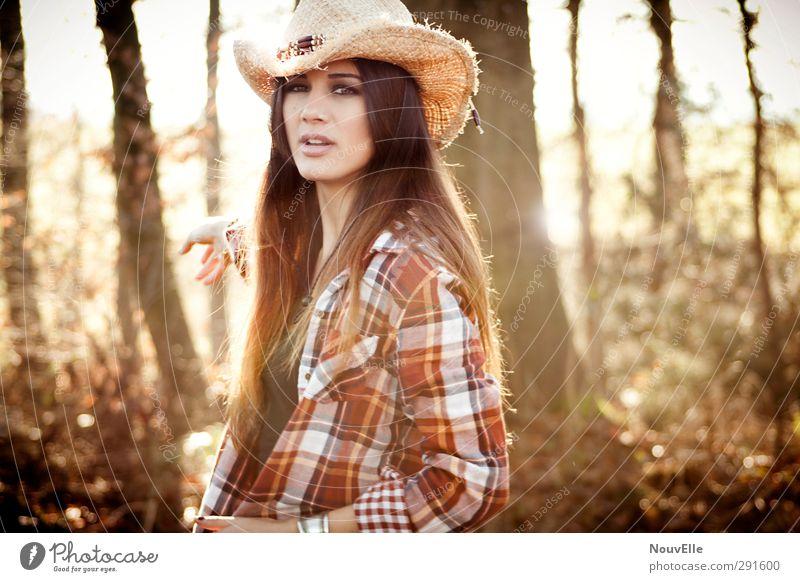 Memories from far away. Lifestyle Mensch Junge Frau Jugendliche Leben 1 18-30 Jahre Erwachsene Hemd Accessoire Hut Cowboyhut Haare & Frisuren brünett langhaarig