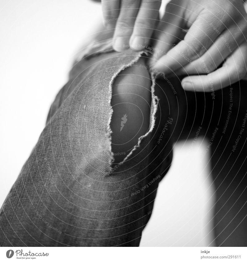 Das Leben ist kein Ponyhof! Hand Finger Beine 1 Mensch Jeanshose festhalten kaputt wild Riss Schwarzweißfoto Innenaufnahme Studioaufnahme Nahaufnahme