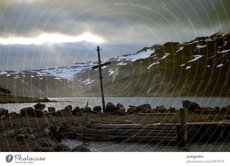 Island Umwelt Natur Landschaft Himmel Wolken Sonnenlicht Küste Fjord Djúpavík Dorf natürlich wild Stimmung Einsamkeit Anlegestelle Farbfoto Gedeckte Farben