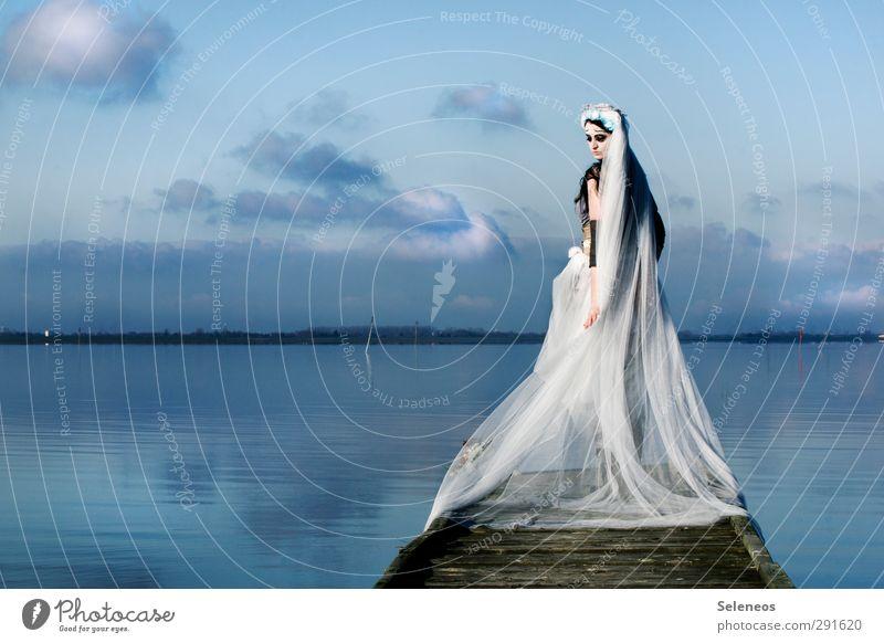 -6° Mensch Frau Himmel Natur Wasser Winter Wolken Landschaft Erwachsene Umwelt kalt feminin Traurigkeit Küste See Mode