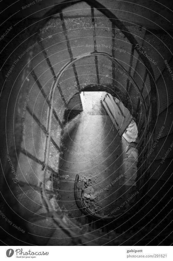 Abwärtsspirale Haus Treppe dunkel träumen Einsamkeit Erschöpfung Höhenangst Zukunftsangst verstört Desaster Endzeitstimmung Krieg Krise Tod Unendlichkeit