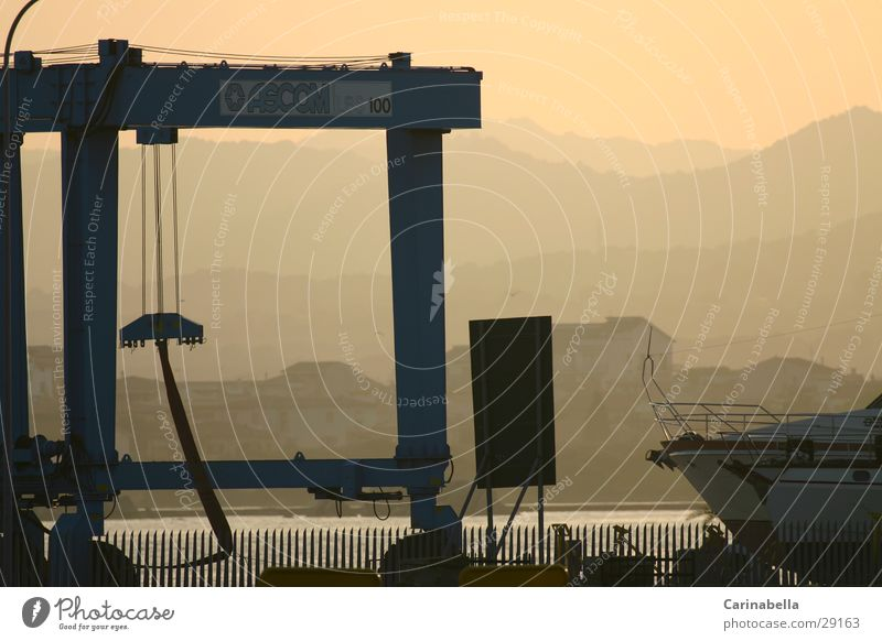 work Sardinien Schiffswerft Abenddämmerung Kran Nebel Abendsonne Quai Hafen