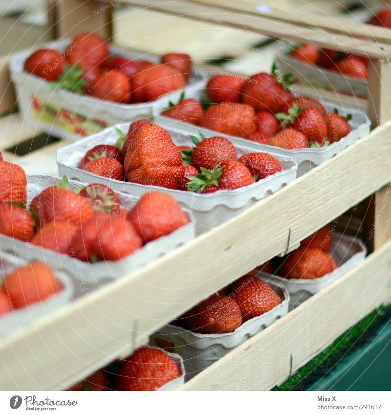 Sommer Lebensmittel Frucht Ernährung Bioprodukte Vegetarische Ernährung frisch Gesundheit lecker saftig süß rot Erdbeeren Beeren Obstladen Obstkiste Farbfoto