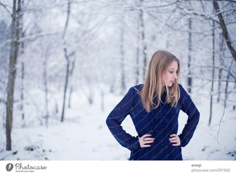 BLUEs feminin Junge Frau Jugendliche 1 Mensch 18-30 Jahre Erwachsene Umwelt Natur Winter Schnee schön kalt blau weiß Bluse Farbfoto Außenaufnahme