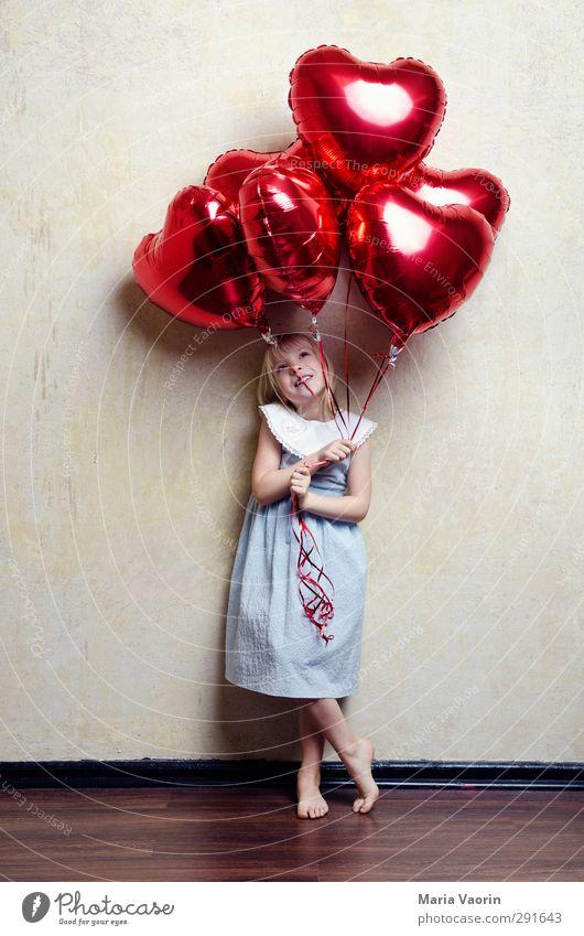 I Herz you! Mensch Kind Mädchen Liebe feminin Glück Kindheit fliegen Lächeln Fröhlichkeit niedlich beobachten Luftballon Kleid Lebensfreude