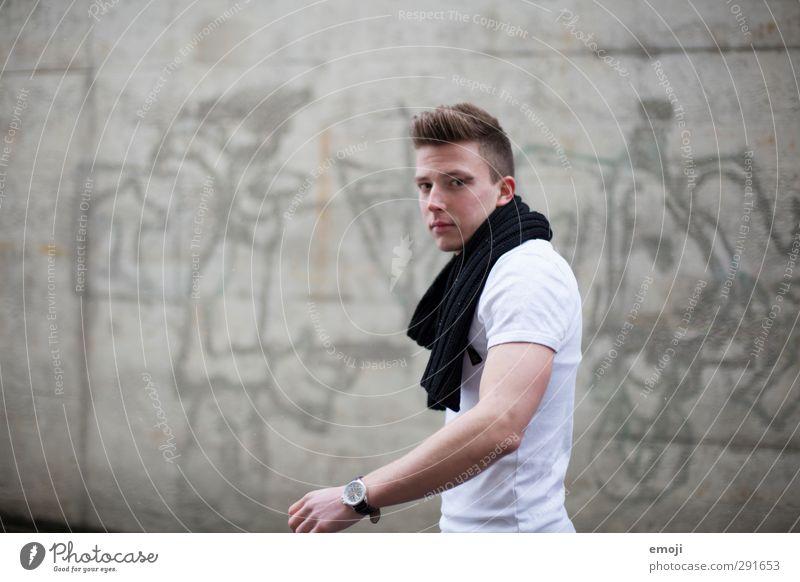farblos maskulin Junger Mann Jugendliche 1 Mensch 18-30 Jahre Erwachsene T-Shirt Schal trendy schön grau Farbfoto Gedeckte Farben Außenaufnahme