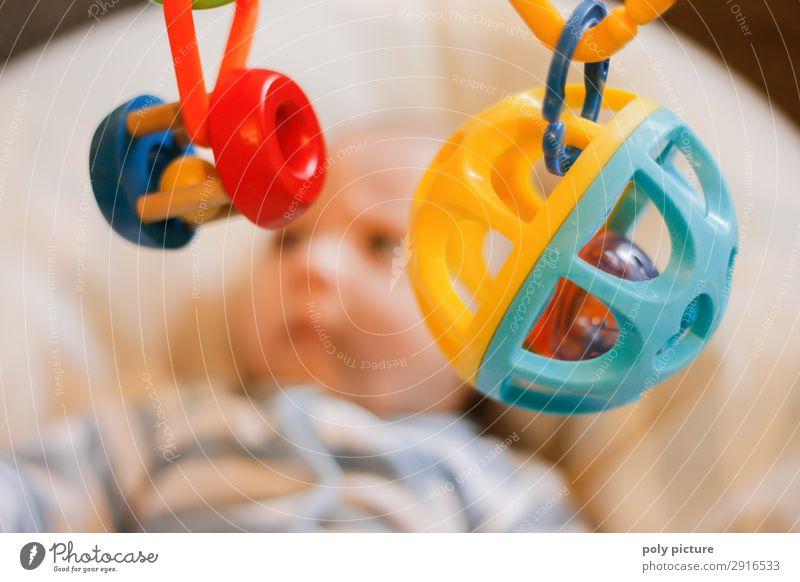 Babyspielt mit Spielzeug an einem Mobile Lifestyle Fitness Freizeit & Hobby Spielen Kleinkind Kindheit Leben Kopf Gesicht 0-12 Monate Gefühle Freude Bildung