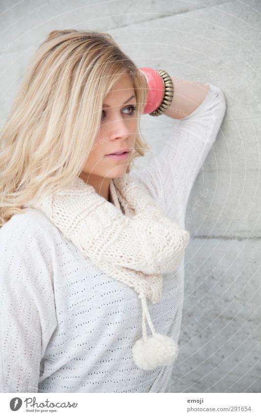 white feminin Junge Frau Jugendliche 1 Mensch 18-30 Jahre Erwachsene blond hell schön weiß Farbfoto Außenaufnahme Hintergrund neutral Tag Schwache Tiefenschärfe