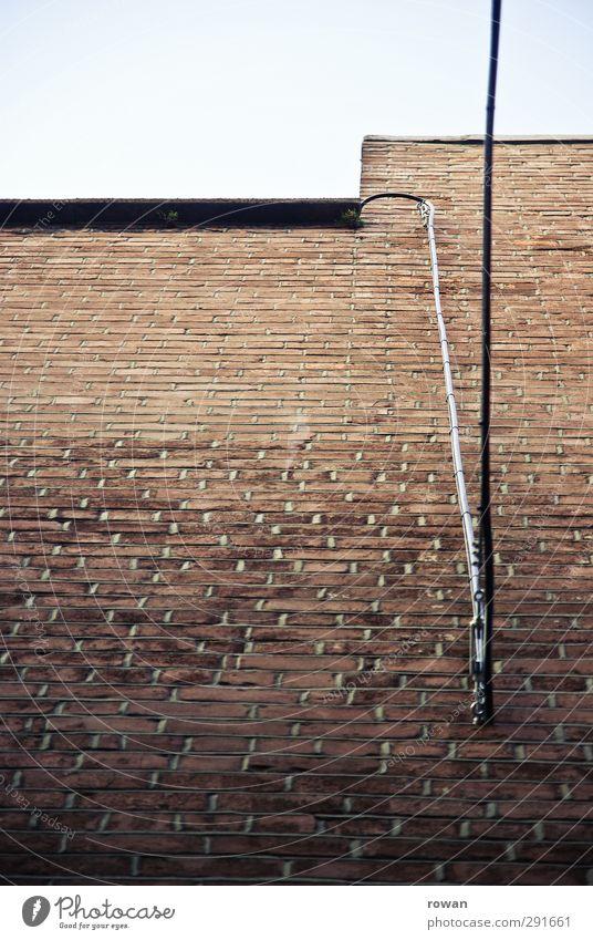 mauerkabel Bauwerk Mauer Wand Fassade rot Backstein ziegelrot Backsteinwand Kabel Elektrizität Verbindung Anschluss Telefonkabel vertikal Linie aufwärts