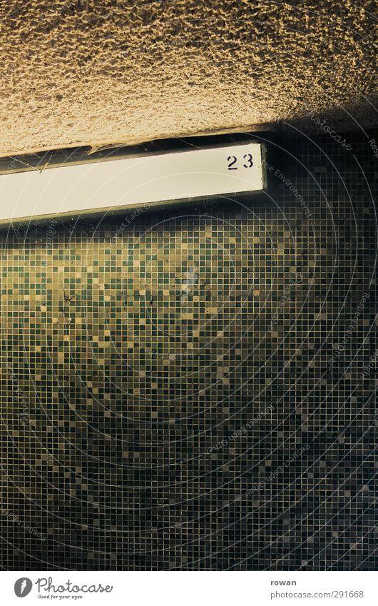 23 Mauer Wand türkis Fliesen u. Kacheln Neonlicht leuchten Lampe hell dunkel gruselig geheimnisvoll grün Muster Farbfoto Innenaufnahme Menschenleer