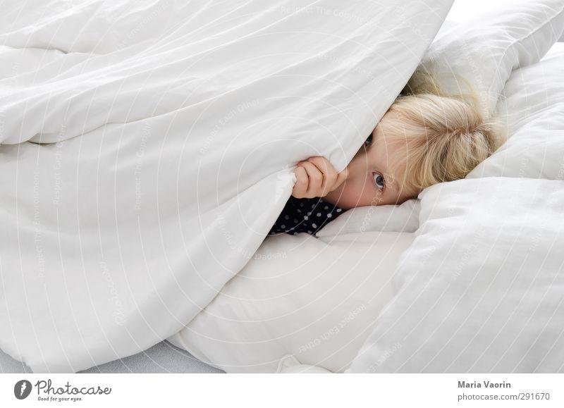Das Monster unter dem Bett Mensch Kind Einsamkeit feminin Kindheit blond Angst schlafen bedrohlich gruselig verstecken langhaarig Schlafzimmer Bettdecke