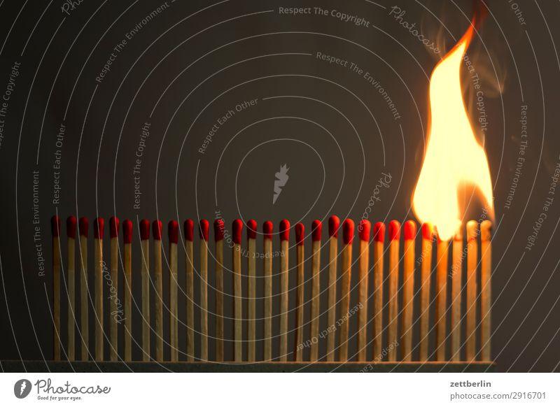 Flamme Infektionsgefahr anzünden Feuer Brand Brandstifter Brandstiftung Brandschutz brennen Feuerwehr bedrohlich gefährlich Risiko Leidenschaft Reihe Schaden
