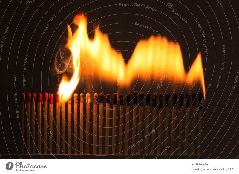 Feuer und Flamme Infektionsgefahr anzünden Brand Brandstifter Brandstiftung brennen Feuerwehr bedrohlich gefährlich Risiko Leidenschaft Reihe Schaden