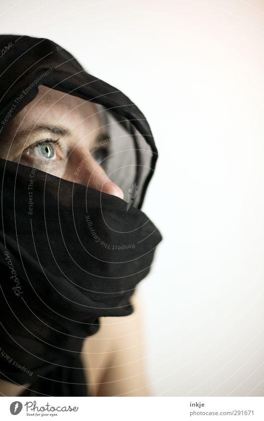 Für Gott und die Welt Lifestyle Stil Frau Erwachsene Leben Gesicht 1 Mensch 30-45 Jahre Kultur Stoff Maske Tuch Kopftuch beobachten Denken Blick Schutz loyal