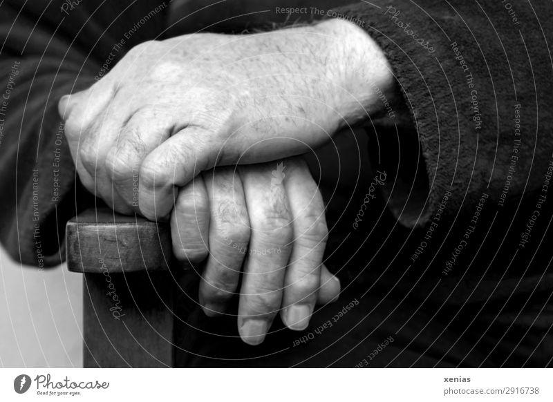 Hände eines Mannes an der Stuhllehne in Schwarz-Weiß maskulin Männlicher Senior Erwachsene Leben Hand Finger Fingernagel 1 Mensch Pullover Ärmel sitzen