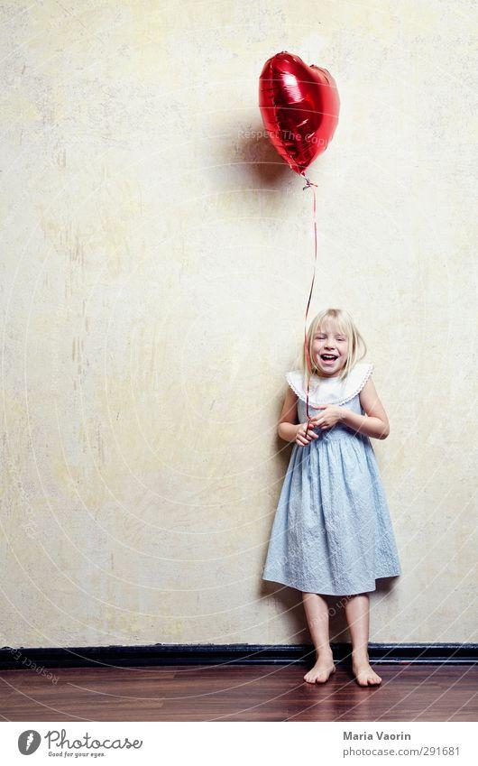 Ein Herz und eine Seele feminin Kind Mädchen Kindheit 1 Mensch 3-8 Jahre Kleid blond langhaarig Luftballon fliegen lachen Fröhlichkeit Glück niedlich Freude