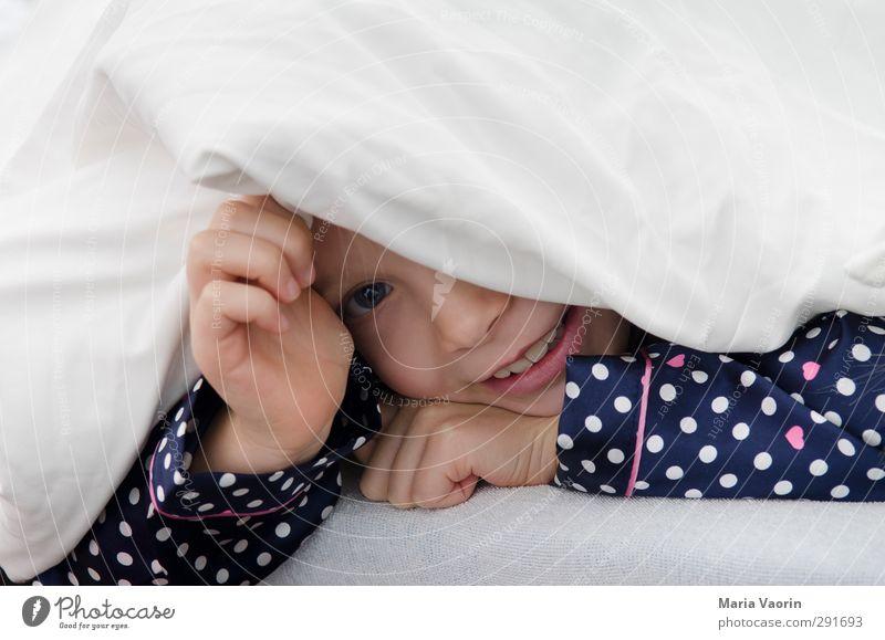 Verstecken spielen Spielen Bett Kinderzimmer Schlafzimmer feminin Kindheit 1 Mensch 3-8 Jahre Schlafanzug beobachten Lächeln schlafen frech Fröhlichkeit Glück