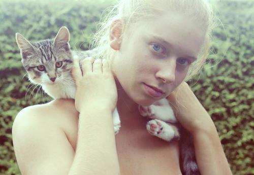 littlejune. Katze Mensch feminin Glück Zufriedenheit Fröhlichkeit Schulter Hauskatze haltend
