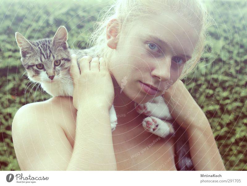 littlejune. Mensch feminin Glück Fröhlichkeit Zufriedenheit Katze Hauskatze Schulter haltend Farbfoto Gedeckte Farben mehrfarbig Außenaufnahme