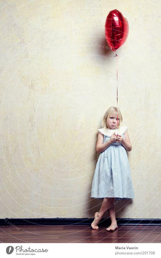 Du fehlst mir Spielen feminin Kind Kindheit 1 Mensch 3-8 Jahre Kleid blond langhaarig Luftballon Herz fliegen Traurigkeit Sorge Trauer Sehnsucht Heimweh