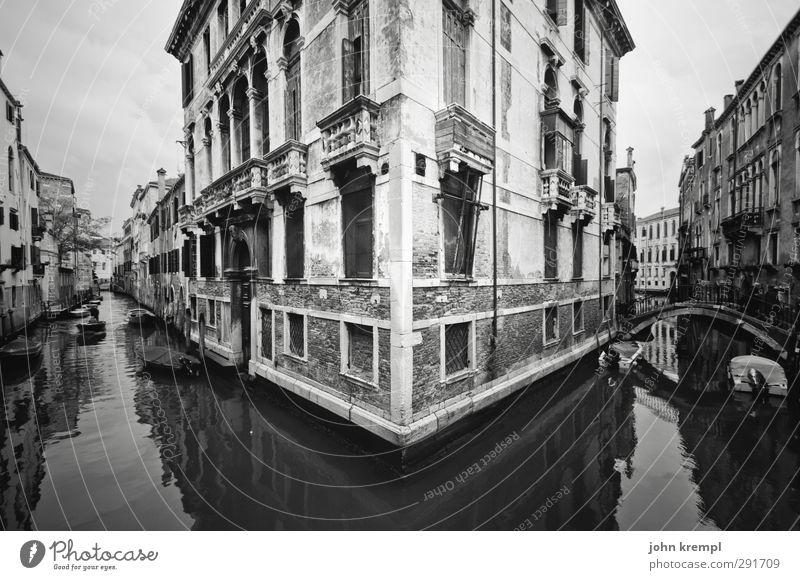 Nah am Wasser gebaut Stadt Meer dunkel Wege & Pfade Architektur Küste Fassade groß Tourismus nass Insel ästhetisch Italien Hafen historisch
