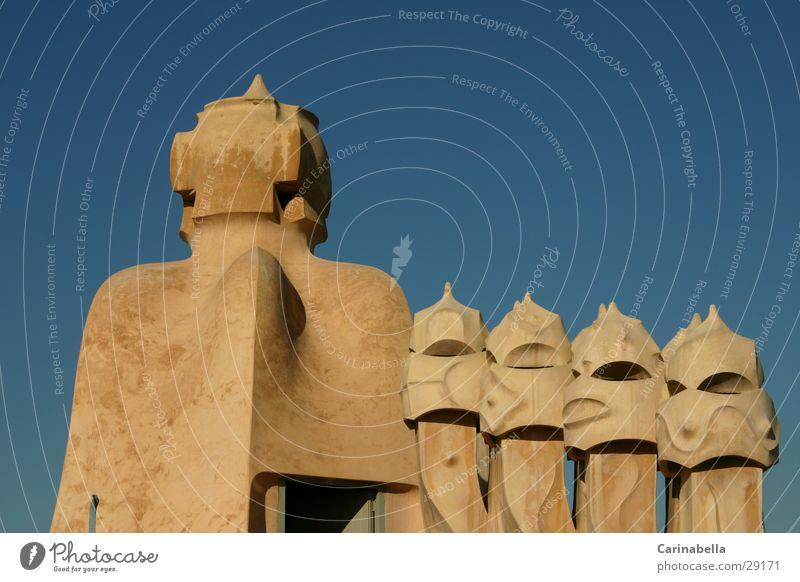 Kamine Barcelona Dach Kunst Architektur Freude Himmel Gaudi Menschenleer Blauer Himmel